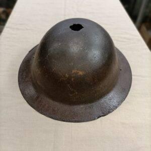Coque de casque US de première guerre, état correct avec présence d'un trou sur le dessus.