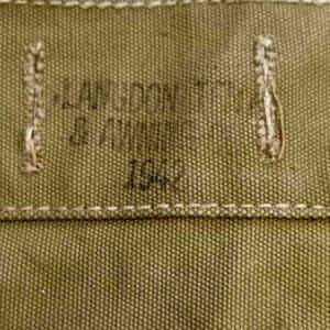 """Triangle pour compléter un havresac US de seconde guerre, en excellent état avec ses sangles. Il est daté de 1942 de fabricant """"Langdon Tent & Awning Co."""""""